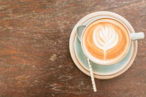 Je vhodné pít kávu s mlékem?
